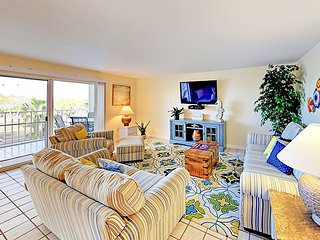 Prime Beachside 2BR Condo w/ Pool - Walk to Dining, Shopping & Entertainment