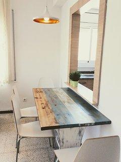 Parte del comedor con ventana acceso a la cocina.