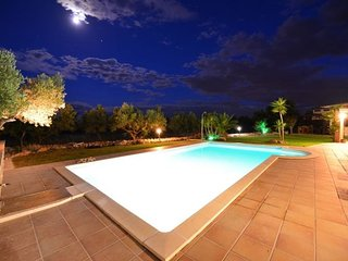 Villa with pool in private estate