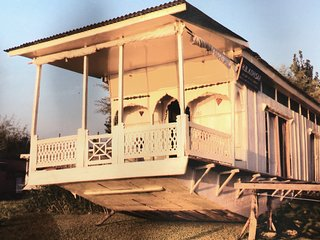 Holiday Rental Houseboat In Srinagar