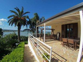 Villa con piscina ad pochi metri dal mare