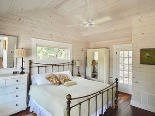 Historic Hill Country Guest cottages, King bed, kitchen, jacuzzi tub