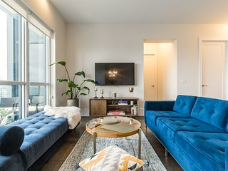 Mid-Century Elegance - Exclusive Suite in Entertainment District