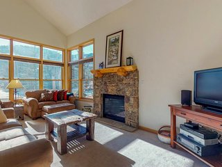 Mountainview cabin w/ gas fireplace and spacious patio, close to ski slopes