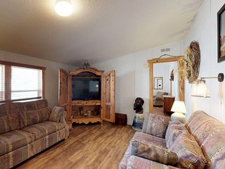 Family-sized property (main house & studio) with private hot tub - dogs welcome!