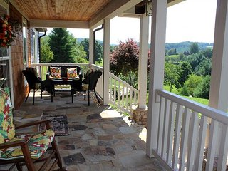 PURE INDULGENCE! Luxurious Mtn Home w/HotTub, PoolTable, WiFi, Privacy, Views