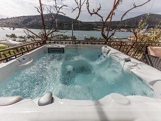 Seafront app with outdoor jacuzzi, 10 m from sea