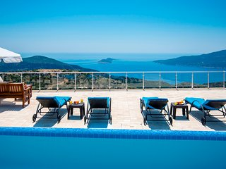 Spacious 4 Bedroom Villa with Secluded Heated Pool & Magnificent Sea Views