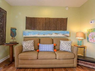 1 min to Beach. Artistic & Relaxing Condo Located in the Heart of Fun-Filled Fol