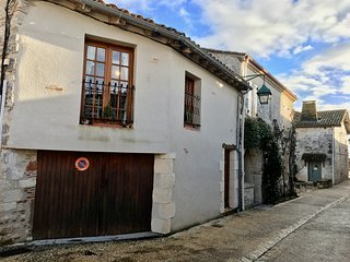 Delightful house/garden in medieval bastide of Pujols in the Lot et Garonne