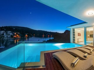 Beachfront luxury holiday villa for rent with pool, Brac West