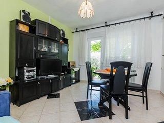 Beautiful apartment with big garden near beach