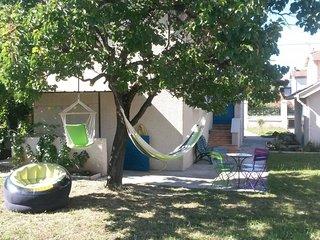 Maison cosy + jardin, BBQ & 2 hamacs, pkg privé, calme, Eurexpo 5min, métro 2min