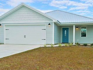 ☆Built in 2017! Luxurious New Home By The Beach☆ Sleeps 13, Snowbirds Welcome