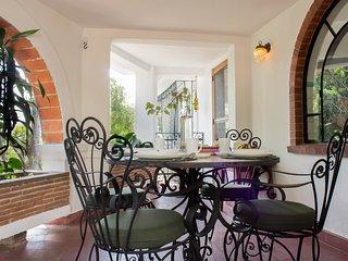 Hermosa casa vintage con alberca compartida. Seguro, buena ubicacion.
