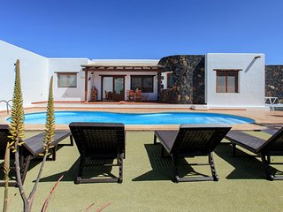 CASA MINA, typical canarian villa in La Oliva with private pool