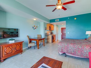 Oceanview studio w/ shared pool & hot tub, walk to beach! Perfect for couples!