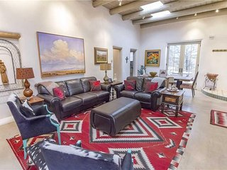 Eastside Compound, 3 Bedrooms, Walk to Canyon Road, Fireplace, Sleeps 6 - House