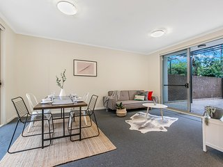 Cosy Holiday 2 Bed APT | MINS Walk to Killara Station + FREE Parking Space
