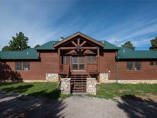 Blue Lake Lodge, 7 Bedrooms, Pet Friendly, Hot Tub, Views, Sleeps 16 - Cabin