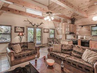 Snowcap Lodge, 3 Bedrooms, WiFi, Gas Fireplace, Sleeps 8 - Cabin