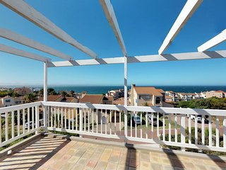 Gorgeous home w/ big deck, ocean views - close to Cape St. Francis