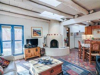 Casita Don Manuel, 1 Bedroom, Kiva Fireplace, Private Yard, Grill, Sleeps 2 - Ho