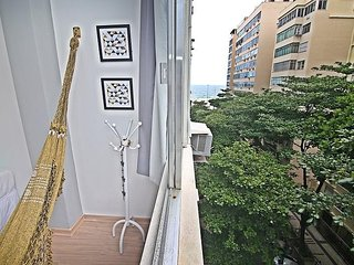 Renovated apartment on the block of Copacabana beach U035