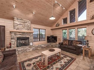 Wine N Pines, 2 Bedrooms, Hot Tub, Fireplace, Flat Panel TV, Sleeps 6 - Cabin