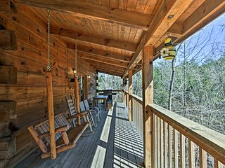 NEW! 'A Honey Cove' 3BR Sevierville Cabin w/ Views