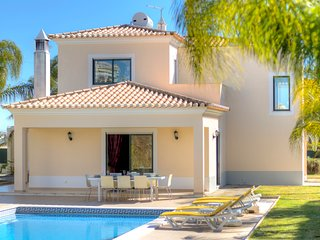 great 4 bedroom villa w/private pool in carvoeiro, for 8px, near the beach