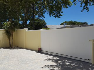 Constantia Cottages: Parking in Courtyard or in Double Garage