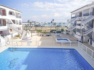 Bonito apartamento frente a la playa y junto al puerto. WIFI