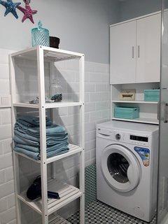 Zona de lavado y almacenaje. Todo muy cuidado y buscando la máxima comodidad .