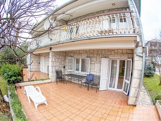 Cozy 4 bedroom house with green private garden and barbecue, 100 meters from the