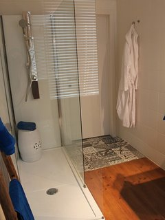 All 3 bathrooms have large walkin showers.