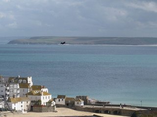 ST IVES, WAVE, 5 OCEAN BREEZE PENTHOUSE APARTMENT, AWESOME HARBOUR VIEWS(GARAGE)