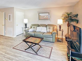 3BR Near South Forest Beach w/ Pool, Health Club & Tennis