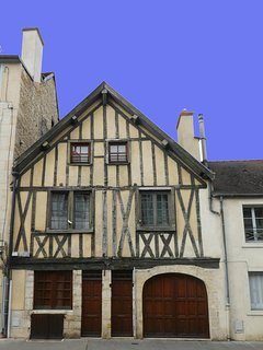 Vue sur la maison à colombages située juste en face de l'immeuble ou se situe  l'appart hotel