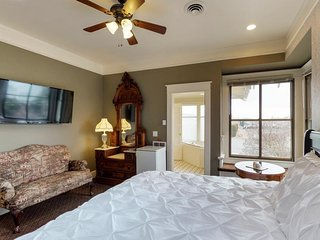 Cozy suite in historic inn w/jetted tub, shared pool -  breakfast included!