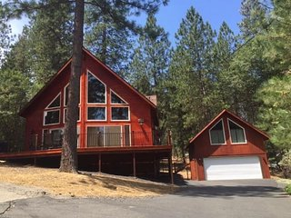 Two-level, dog-friendly home w/ shared pool & tennis - close to Yosemite!