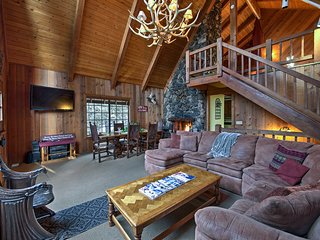 Secluded Lake Arrowhead Cedar Chalet, Mins to Lake
