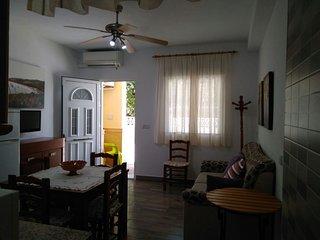 Salón comedor con salida a la pequeña terraza en la parte  delantera de casa
