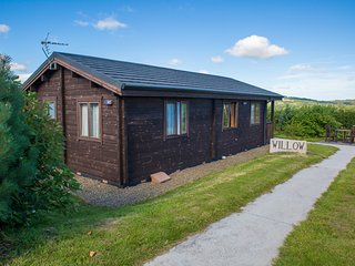 WILLOW LODGE, open-plan, decked veranda, Bodmin Moor nearby, Ref 974689