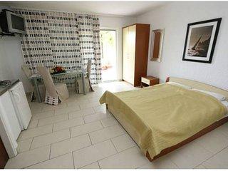 Studio Apartment Bee 1 for 3 in center of Novalja