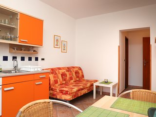 Bright and colorful studio apartment in quiet area - free parking, WiFi, AC