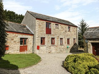 KINGFISHER BARN, woodburner, WiFi, private patio, pet-friendly, nr East Taphouse