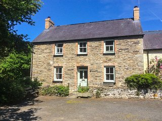 COED CADW COTTAGE, quaint cottage, woodburner, parking, garden, in Fishguard, Re