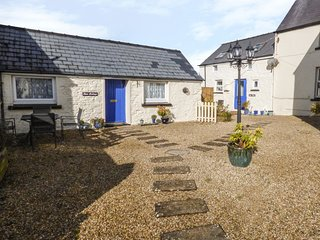 SUN RISE COTTAGE, pet friendly, character holiday cottage, with a garden in Saun