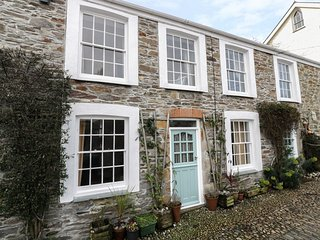 4 ELM TERRACE, pet friendly, character holiday cottage, with a garden in Mevagis